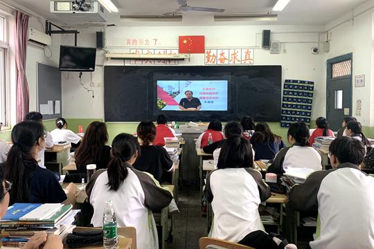 学校安全工作部朱春健主任以《珍爱生命,加强自我防护,健康快乐成长》为主题做了线上国旗下讲话