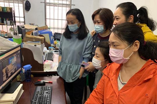 本次培训同时开通线上直播,各校区教师使用手机或者电脑实时观看学习