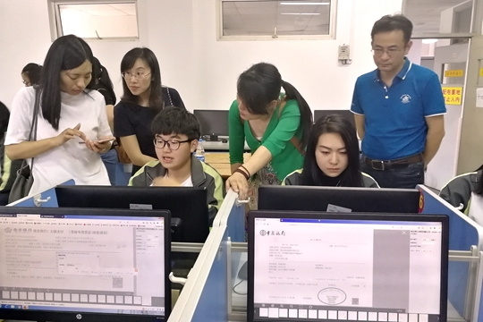 各个学校的校领导及老师参观会计系现代学徒制真账实训基地