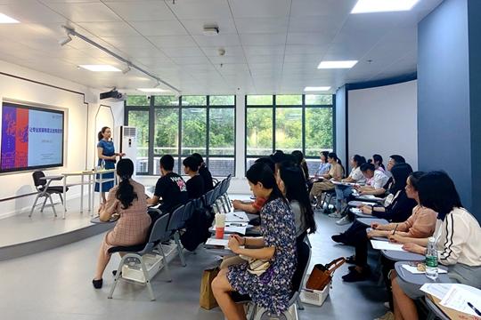 校党委崔琪书记给青年教师带来了题为《让专业发展有意义也有意思》的讲座